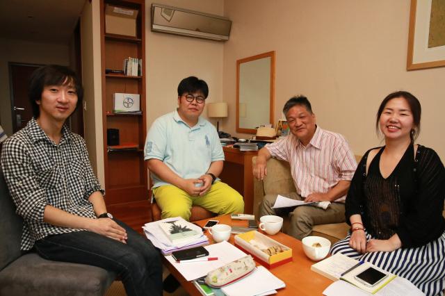 서경식 도쿄경제대학 교수(왼쪽 세 번째)는 자신에게 큰 영향을 끼친 고전에 관한 책을 내면서 젊은 인문학자들과 대화 를 나누고 싶어 했다. 그와 '고전과 교양'을 주제로 대담한 이종찬 문화사회연구원, 권영민 '철학본색' 운영자, 이나라 이미지연구가(왼쪽부터). 류우종 기자
